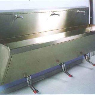 Мойка хирургическая из нержавеющей стали 3-х местная (педальный смеситель) LA003